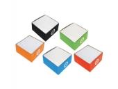 Бял хартиен куб в картонена поставка